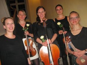 Ulla Pihl (links) & Strings